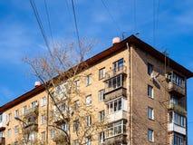 在典型的都市房子的电线 免版税库存图片