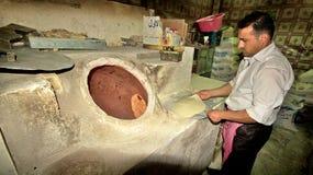 在典型bakary的面包烘烤在中东。库尔德斯坦,伊拉克 库存照片