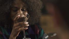 在典雅的咖啡馆的混杂的夫妇与玻璃有很多coffe豆 叮当响的恋人喝咖啡和紧密  影视素材