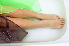在典雅的女性的特写镜头有放置在清楚的水中的丝绸皮肤的 库存图片