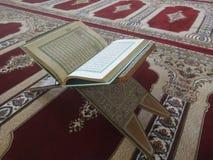 在典雅的波斯地毯的古兰经-与英文译文的阿拉伯文本 库存图片