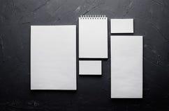 在典雅的深灰具体纹理的空白的文具 公司本体更多我的投资组合设置模板 为烙记, prese的图表设计师嘲笑  免版税图库摄影