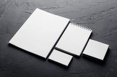 在典雅的深灰具体纹理的空白的文具 公司本体更多我的投资组合设置模板 为烙记, prese的图表设计师嘲笑  免版税库存图片