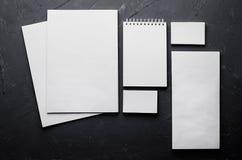 在典雅的深灰具体纹理的空白的文具 公司本体更多我的投资组合设置模板 为烙记, prese的图表设计师嘲笑  免版税库存照片