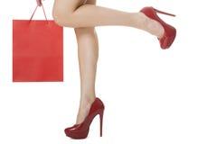 在典雅的红色高跟鞋鞋子的至善至美的妇女腿 库存图片