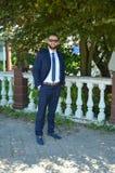 在典雅的蓝色衣服的年轻有胡子的商人 图库摄影