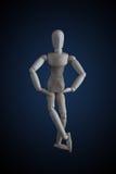 在典雅的跳舞的木小雕象横穿腿在黑暗的ba移动 免版税库存图片