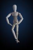 在典雅的跳舞的木小雕象横穿腿在黑暗的ba移动 库存图片