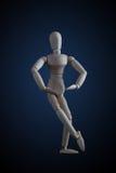 在典雅的跳舞的木小雕象横穿腿在黑暗的ba移动 图库摄影