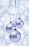 在典雅的难看的东西的银色圣诞节球装饰品 免版税库存照片