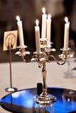 在典雅的饭桌上的枝形吊灯 图库摄影