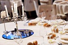 在典雅的饭桌上的枝形吊灯 免版税库存照片