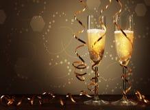 在典雅的玻璃的酒与螺旋稀薄的箔 免版税库存照片