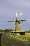 在兹沃勒附近的风车 免版税库存图片