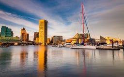 在内在港口的晚上光,巴尔的摩,马里兰。 免版税库存图片