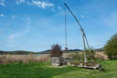 在内在湖旁边的老桔槔,蒂豪尼的 免版税库存照片
