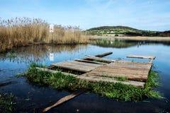 在内在湖,蒂豪尼,匈牙利的一点木码头 图库摄影