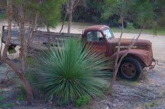 在内地澳大利亚人中间的一种卡车破烂物 库存照片