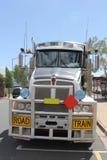 在内地澳大利亚人的一辆公路列车 免版税图库摄影