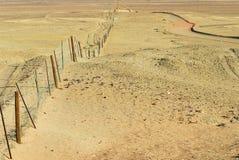 在内地澳大利亚人的Dingoe篱芭 库存照片