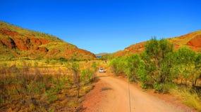 在内地澳大利亚-驾驶4x4四轮驱动的车到野营的斑点在湖Argyle附近 库存照片