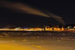 在内娃河堤防的冬天夜热电站在圣彼德堡 库存照片