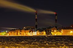 在内娃河堤防的冬天夜热电站在圣彼德堡 图库摄影