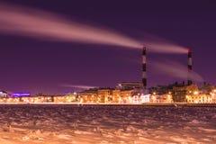 在内娃河堤防的冬天夜热电站在圣彼德堡 免版税库存图片