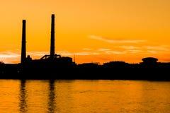 在内娃河堤防的晚上热电站在圣彼得堡,俄罗斯 免版税图库摄影