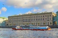 在内娃河的宫殿堤防的伟大的老偏僻寺院大厦在圣彼德堡,俄罗斯 免版税库存照片