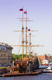 在内娃河,圣彼得堡,俄罗斯的帆船 免版税库存图片
