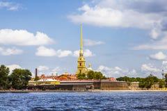 在内娃河,圣彼德堡附近的彼得和保罗堡垒, 免版税库存照片
