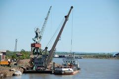 在内河港的码头边货物起重机 免版税库存图片