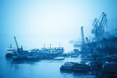 在内河港的起重机和货船 图库摄影