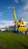 在内河港的起重机 免版税库存照片