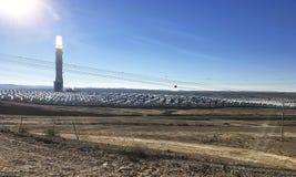 在内盖夫的太阳能塔 库存照片