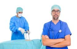 在内窥镜检查手术场面前面的医生 免版税图库摄影