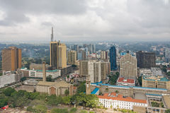在内罗毕中心商务区的顶视图从肯雅塔国际会议中心停机坪的 免版税库存照片