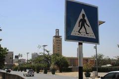 在内罗毕街道上的异常的非洲行人穿越道标志 库存图片