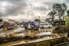在内罗毕,肯尼亚损坏的泥泞的街道上的公共交通  免版税库存照片