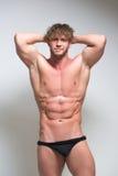 在内衣的性感的非常肌肉男性模型 免版税库存照片