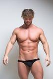 在内衣的性感的非常肌肉男性模型 免版税库存图片
