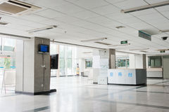 在内部现代里面的走廊医院 免版税库存图片