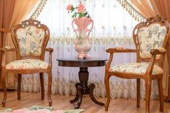 在内部的古色古香的豪华木椅子  免版税库存照片