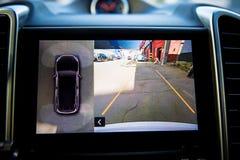 在内部的显示豪华车展工作在周围视图停车处协助系统的四台照相机 360度图象显示 免版税库存照片