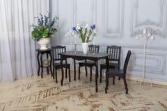 在内部的表椅子 经典餐厅 免版税图库摄影