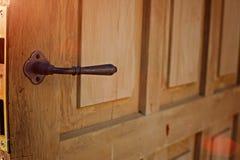 在内部的门把手 瘤特写镜头元素 开放和闭合的轻的木门在的现代样式 免版税库存图片