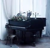 在内部的黑大平台钢琴 免版税图库摄影