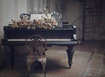 在内部的黑大平台钢琴 免版税库存图片