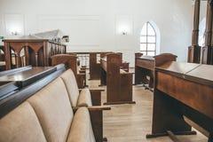 在内部里面的犹太教堂与长凳行祷告的 库存照片
